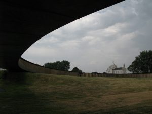 The monumental ellipse on sloping ground.  © Carolin Hahnemann